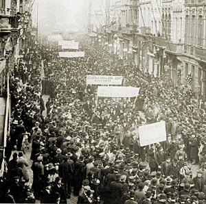 """Manifestatie voor het Algemeen stemrecht, 28 mei 1899, in de Vlaanderenstraat, Gent (ter hoogte van het """"Rond Punt"""")"""